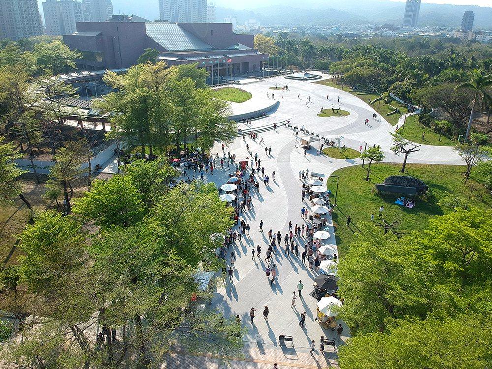 美術館園區內的公共區域,提供市民假日遊憩感受藝術的好去處。  圖/張瑪龍陳玉霖...