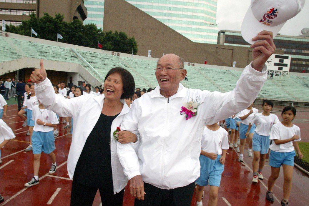 圖為台灣田徑好手紀政(左)與楊傳廣(右)於2006年10月參加台北市立體育場的紀念活動。 圖/聯合報系資料照片