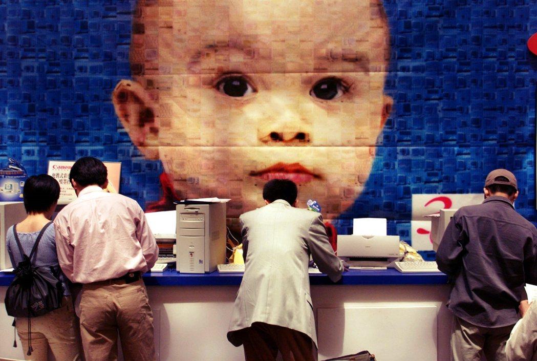 1999年,北京中關村的海爾展示中心,擺放著中國國產個人電腦與印表機的廣告牆。 ...
