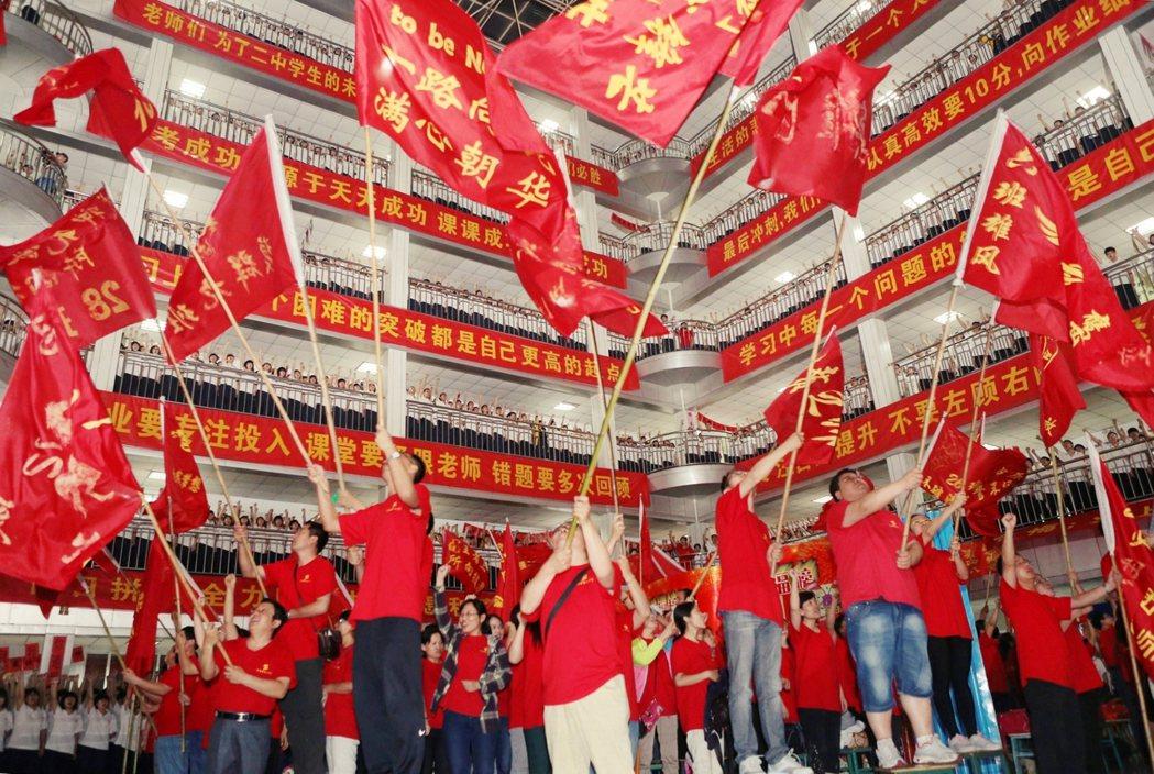 中國近期推出「雙減政策」,使得上市多年的教育集團受到極大的衝擊,而過去那些中國民...