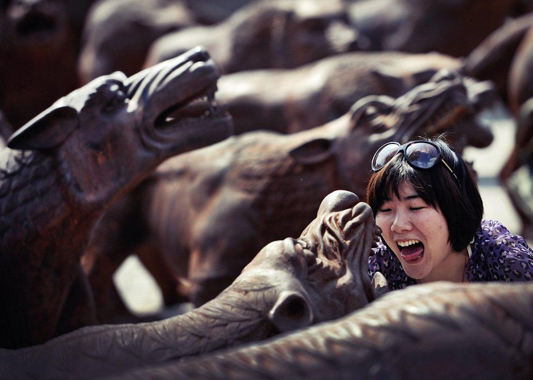 「你只有成為狼,才能與狼共舞。」圖為北京藝術家劉若望的雕塑作品《狼來了》。 圖/...
