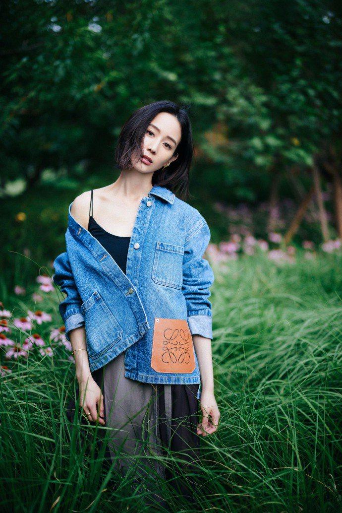 張鈞甯穿LOEWE Logo裝飾丹寧襯衫,33,000元。圖/取自微博
