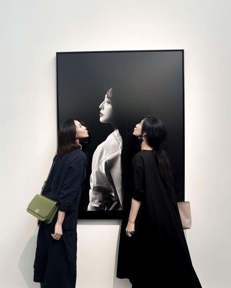張鈞甯、范冰冰一起在范冰冰的影像展覽合照,張鈞甯詮釋綠色Goya包款顯得相當醒目...