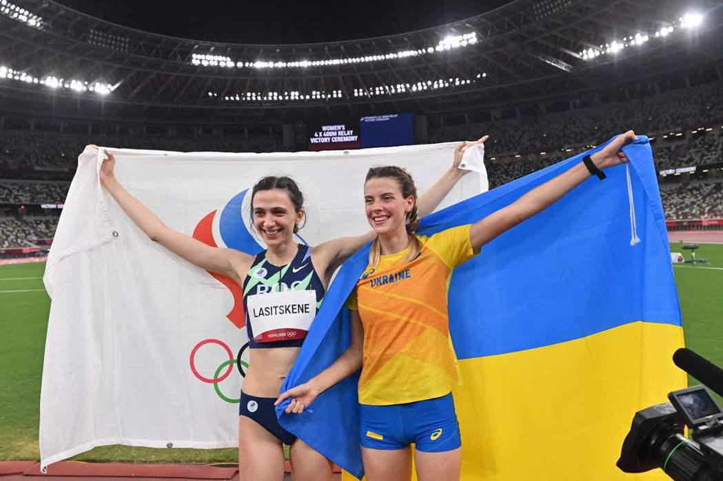 2021年8月7日,東京奧運會女子跳高決賽中,俄羅斯奧運隊選手拉西茨科妮(左)與
