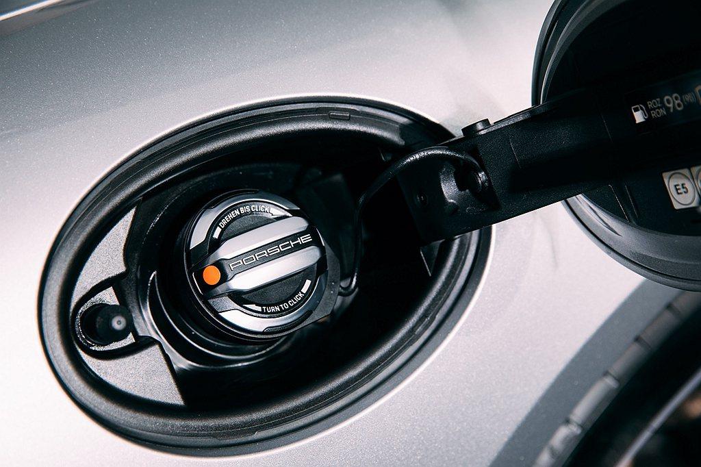 油箱蓋上的Porsche品牌字樣,為保時捷專屬Exclusive Design設...