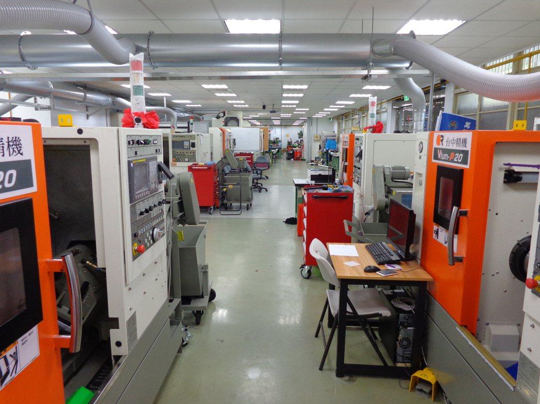 精工系的智慧製造與智慧生產實習工廠,目前已有高達15台CNC車床與CNC銑床設備...