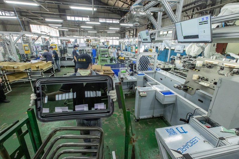 信昌機械成為台灣第一家將無框升降機運用在車上的車廠,被跑車與電動車相中,今年再拿下美國電動車大廠訂單。記者曾原信/攝影