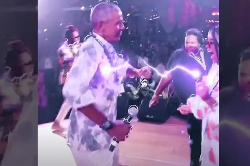 歐巴馬(左)在60歲生日派對上沒戴口罩,與女歌手H.E.R.尬舞。圖/取自Instagram