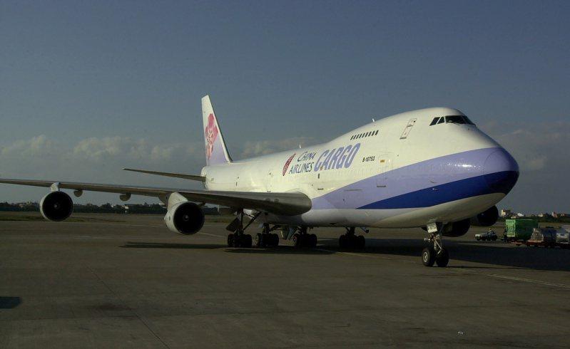 波音747-200型貨機運載能力強,華航從1993年2月起陸續將3架747-200型客機改裝成貨機。圖為B-18753(B-1886)改裝後外觀。記者陳嘉寧/攝影