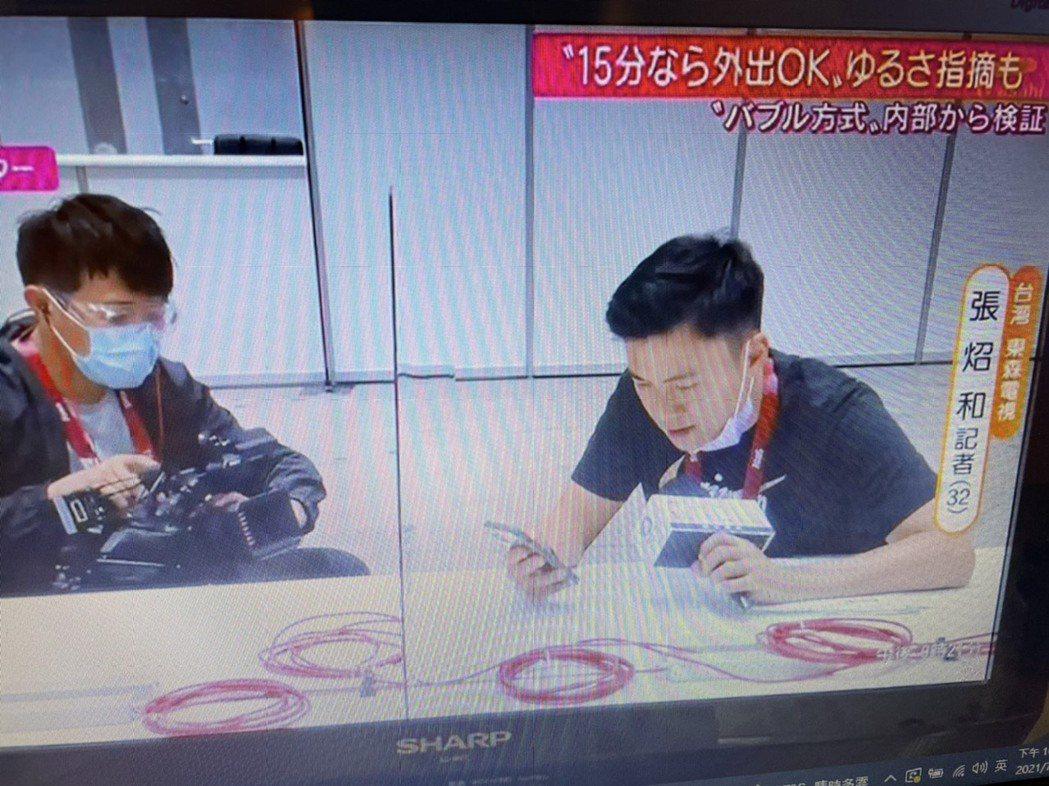 主播張炤和(右)與攝影記者蔡秉儒接受朝日電視台訪問。圖/摘自臉書
