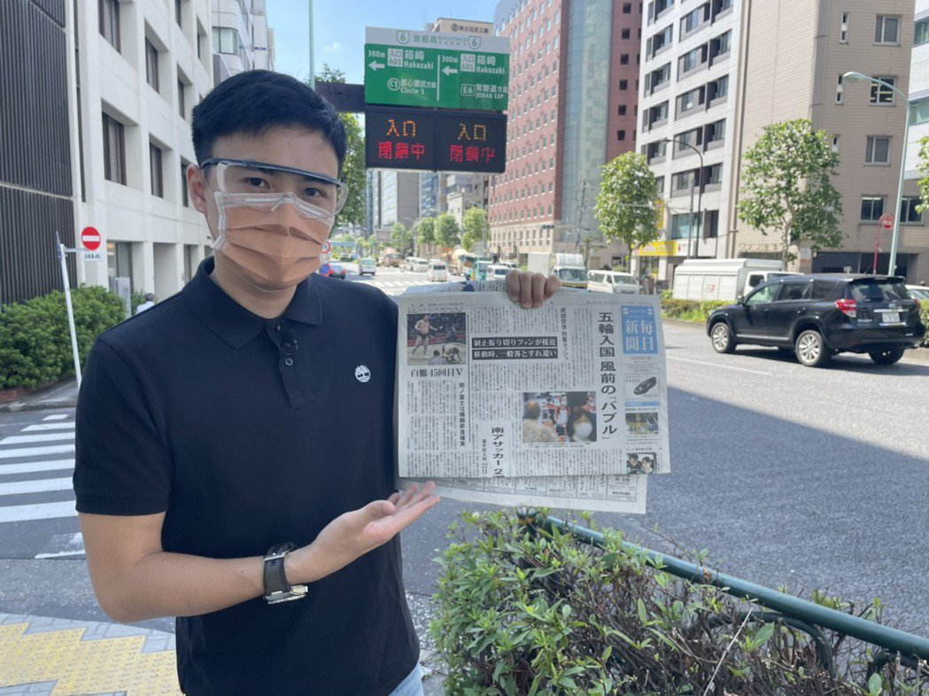 張炤和為了與台灣連線播報,每天早晨固定閱讀日本報紙來增加資訊。圖/摘自臉書