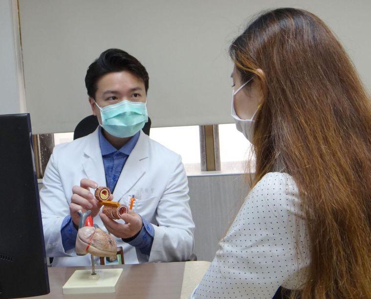 奇美醫學中心心臟血管內科主治醫師洪俊聲發表冠心症跨科別照護成果。記者周宗禎/攝影