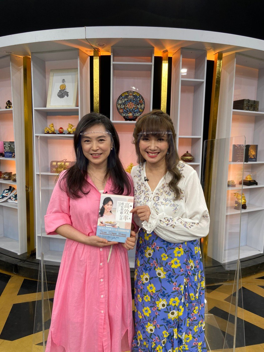 張鳳書(左)上JET「大尋寶家」宣傳新書。圖/JET提供
