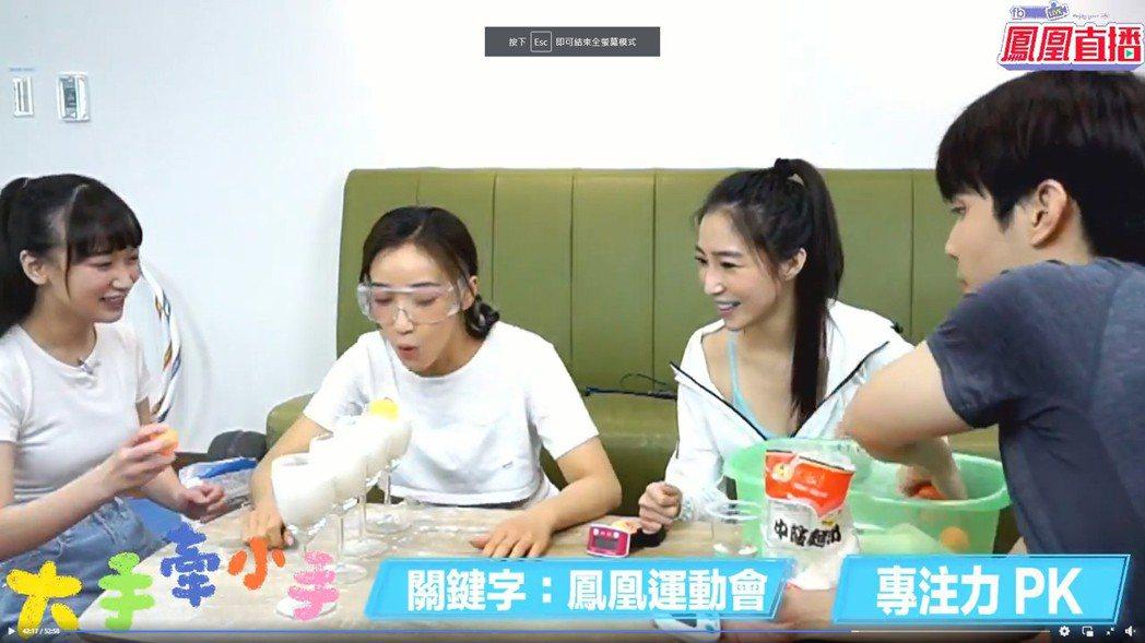 張家瑋(右)、夏宇禾上直播節目「大手牽小手」玩遊戲。圖/民視提供