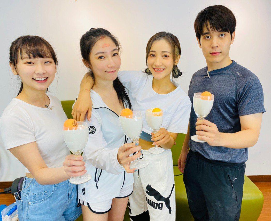 陳彥嘉(右起)、夏宇禾、張家瑋、吳鈺瑄上直播節目「大手牽小手」。圖/民視提供