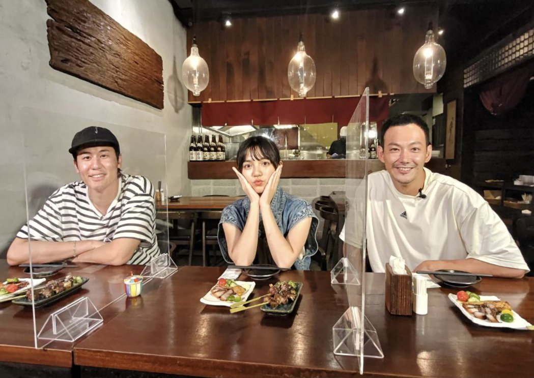 風田(左起)、朵拉和威廉主持的「食尚玩家熱血48小時」恢復錄影。圖/TVBS提供