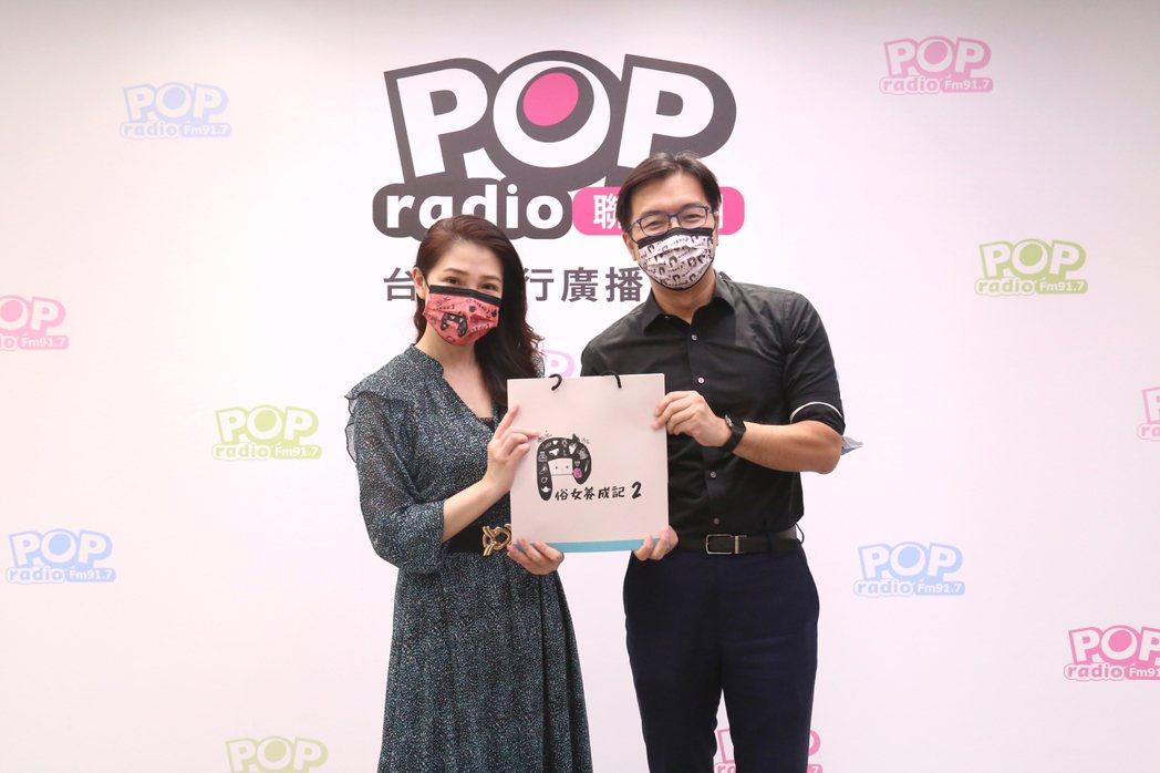 林書煒(左)與鄭偉柏主持時特別戴上「俗女2」口罩。圖/POP Radio提供
