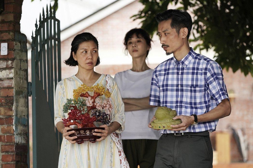 于子育(左)與陳竹昇(右)在戲裡飾演夫妻。圖/華視、CATCHPLAY 提供