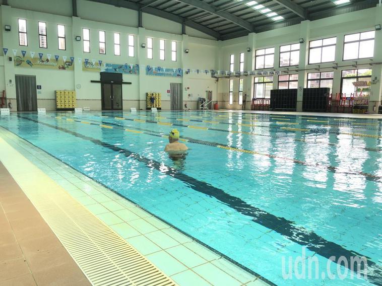游泳池終於開放,但來游泳的民眾稀少。記者鄭惠仁/攝影