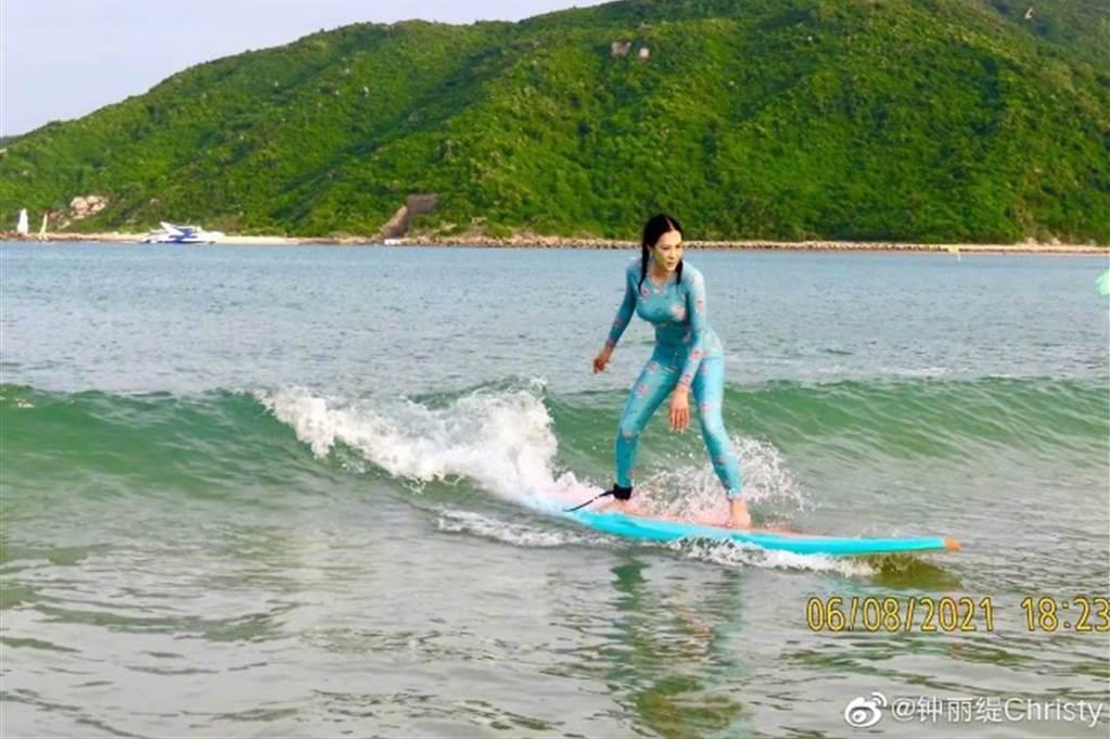 鍾麗緹全身包緊緊衝浪,就怕曬傷。圖/摘自微博