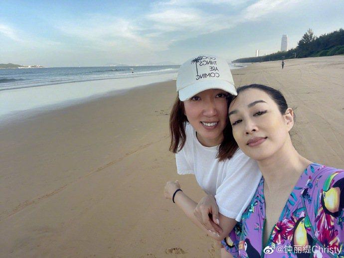 鍾麗緹(右)與友人一起前往海南島度假,享受當地的美好景色。圖/摘自微博