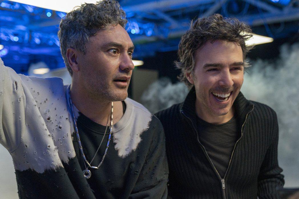 薛恩李維(右)與「雷神索爾3」名導塔伊加維提迪交情極好,這次也找塔伊加演出「脫稿...