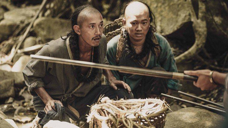 吳慷仁在「斯卡羅」中飾演社寮頭人「水仔」為了村落生存。圖/公視提供