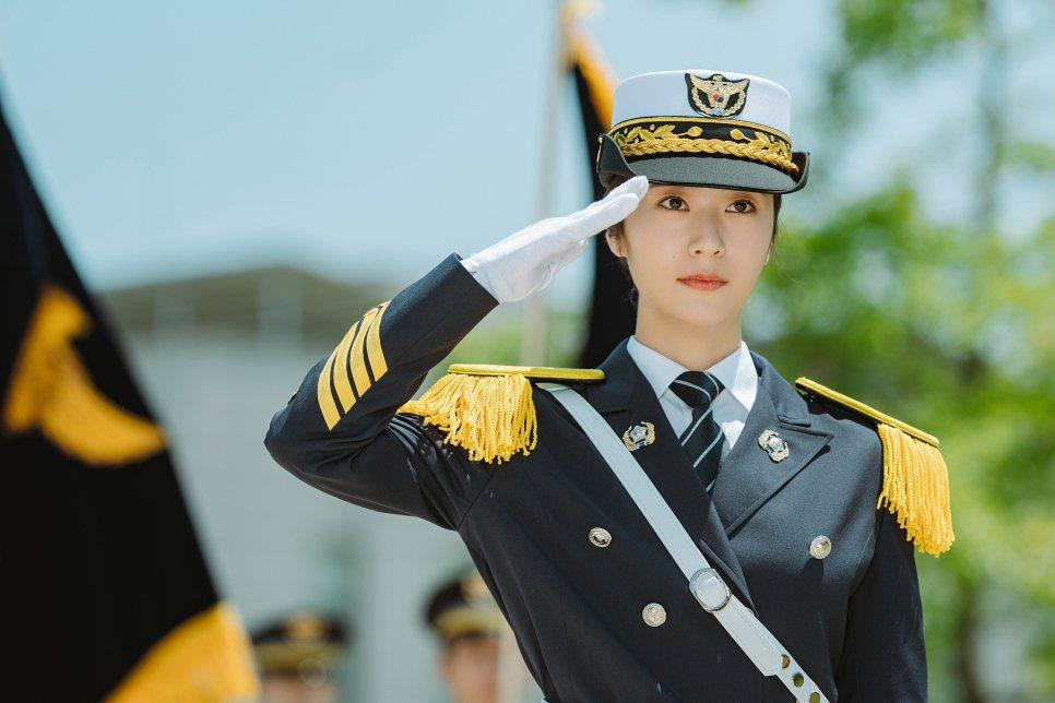 Krystal穿上軍警制服英姿煥發。圖/myVideo提供
