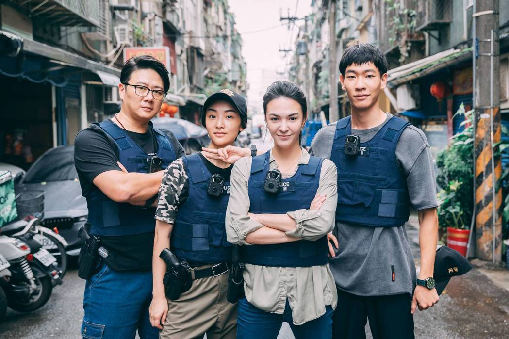 張榕容(右二)在「第三佈局 塵沙惑」中率領的偵三隊成員,李國強(右起)、朱葒、施...