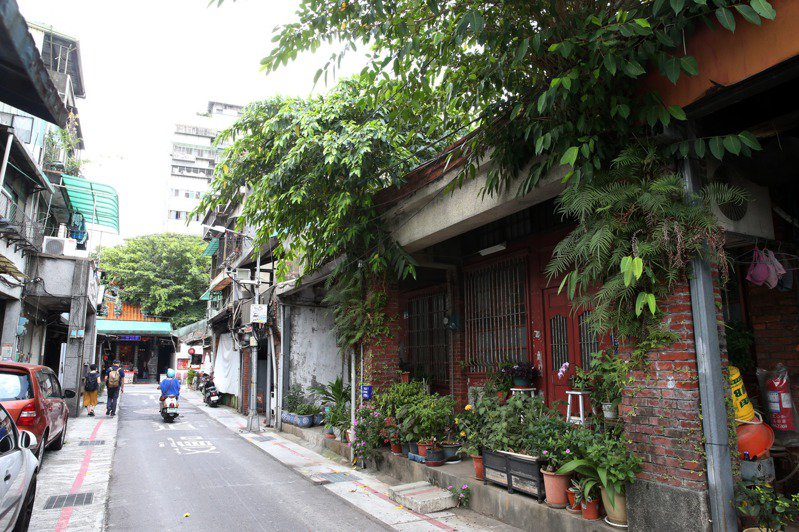 台北市迪化街二段巷內有低矮街屋,是150年左右歷史的清代老街景觀。記者邱德祥/攝影