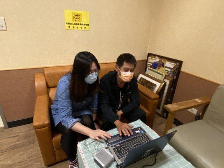 羅慧夫顱顏基金會教王爸爸使用電腦,讓他的顱顏兒在疫情間順利使用電腦上學。圖/羅慧...