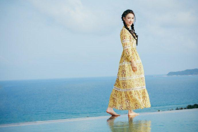 張柏芝穿上Sandro 2021春夏系列的碎花長裙,散發空靈感。圖/取自微博