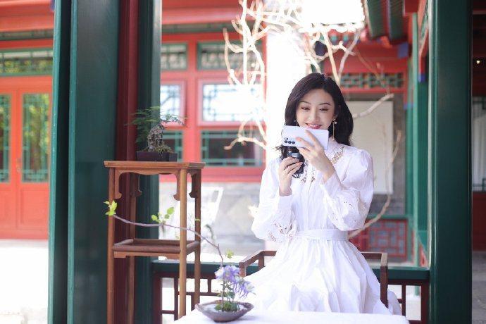 景甜詮釋2021春夏maje刺繡洋裝,11,590元。圖/取自微博