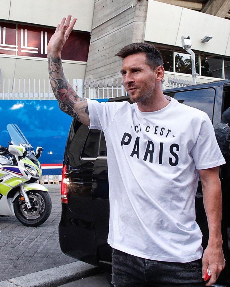 阿根廷足球名將梅西飛抵巴黎時,身上穿著寫有「Ici c'est Par...