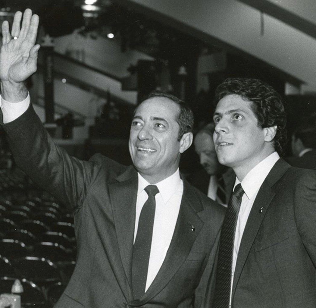 古莫出身於美國東岸的政治豪門,父親馬利歐.古莫(Mario Cuomo)不僅曾擔...