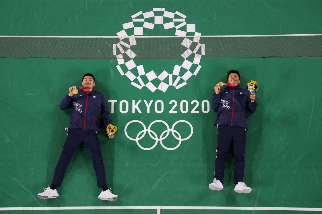 台灣羽球選手李洋與王齊麟,在東奧為我國奧運羽球男雙奪下史上第一面金牌。  圖/法新社