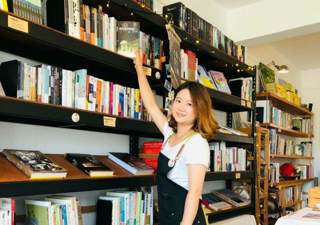 恆春鎮紅氣球書屋是南屏東唯一的獨立書局,來自各地的打工換宿小幫手,也被店主人的熱...