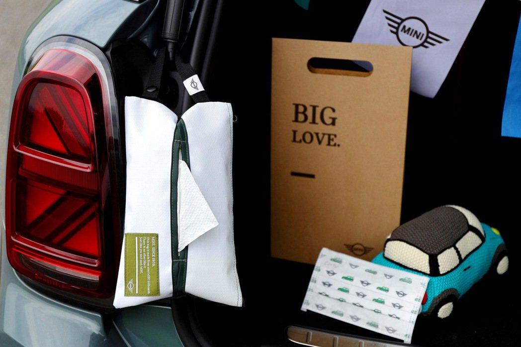 MINI品味生活隨行組包含MINI隨行面紙收納袋、MINI Taiwan探險旅札...