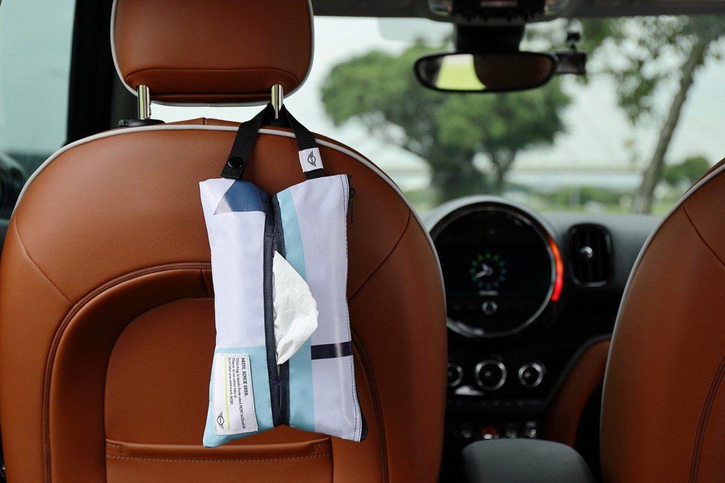 MINI隨行面紙收納袋擁有便利扣環設計,可任意懸掛於汽車後座、露營推車,或擺放在...