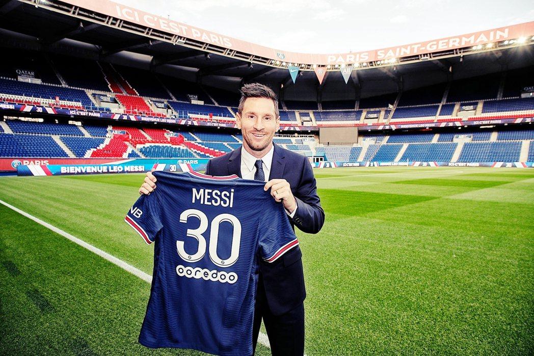 阿根廷球王梅西,在結束自己21年的巴塞隆納後,10日也與家人正式飛往巴黎,並與法...