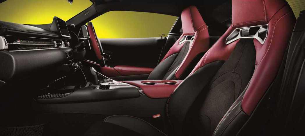 2.0T SZ-R內裝採用Alcantara/皮革混搭的材質。 摘自Toyota