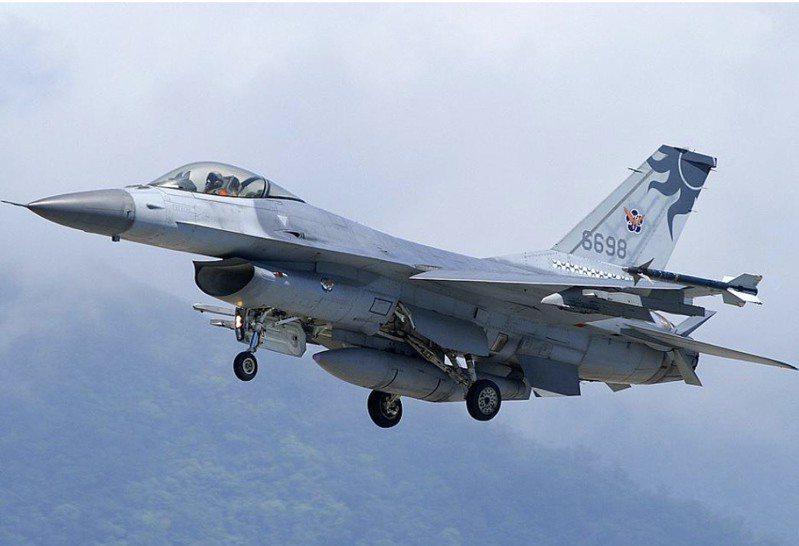 空軍司令部今(11)日表示,空軍嘉義基地一架機號6698 的F-16 V型戰機,今天常訓起飛後罩座罩飛脱,緊急返降。 圖取自F-16.NET