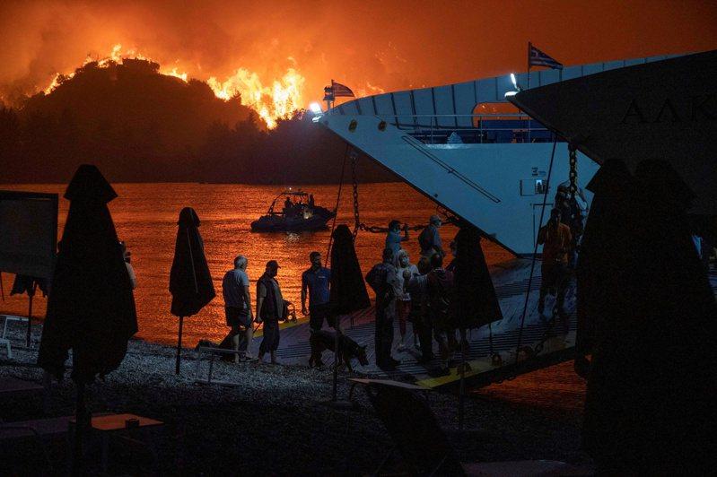 這個夏天,歐洲熱浪狂襲,希臘多處野火蔓延,末日景象讓許多人被迫逃離家園。路透