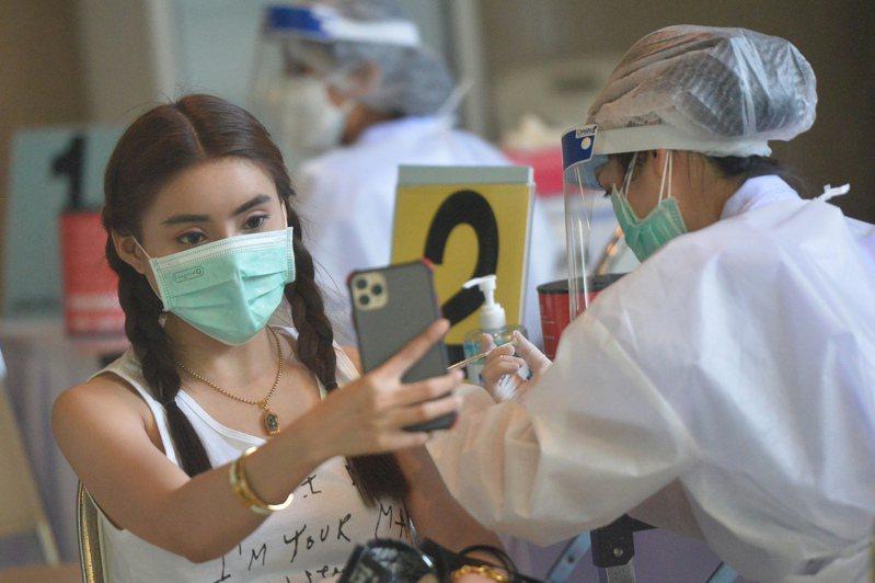 台大公衛學院教授陳秀熙指出,在Delta變異株病毒的肆虐下,許多國家開始施打第3劑疫苗,使國際疫苗分配更為緊繃。 新華社
