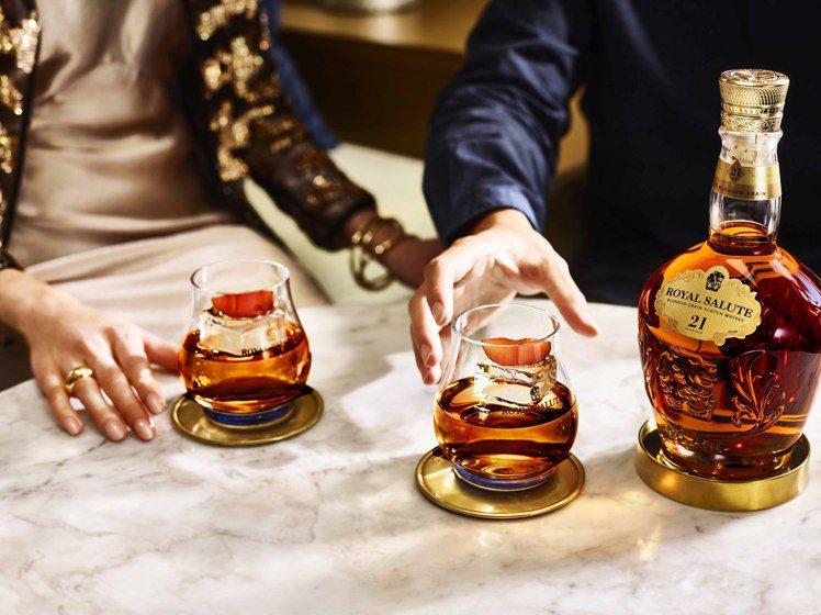 將高年份調和威士忌倒入ROCK杯,加上大冰球飲用,可以降低酒精感,是理想的情人節...