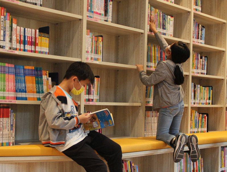 閱讀習慣需要慢慢建立,一開始是爸媽講給你聽,一天講一遍,十遍都講不同內容,刺激孩子多元想像力。圖/聯合報系資料照片