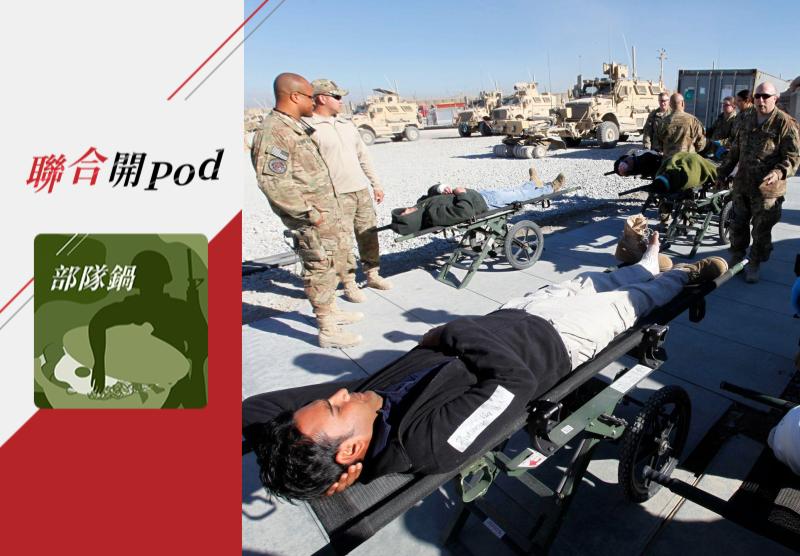 2011年12月,美軍士兵照料在一場攻擊中受傷的阿富汗軍事承包人員。華郵指出,軍事行動外包給民間公司造成真正的戰爭人命成本被蒙蔽。路透