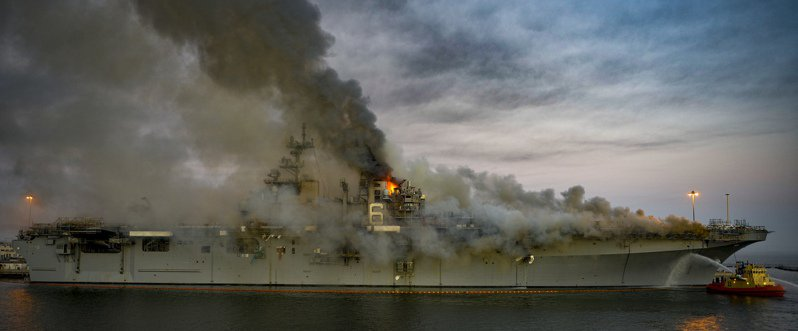 大火延燒中的好人理查號。圖/美國海軍檔案照