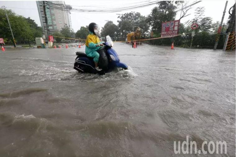 連日大雨導致多路段積淹水示意圖。本報資料照片