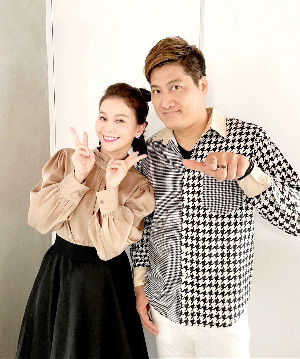 謝宜君(左)邀到楊哲合唱新專輯同名歌曲「北海道之戀」。圖/豪記唱片提供